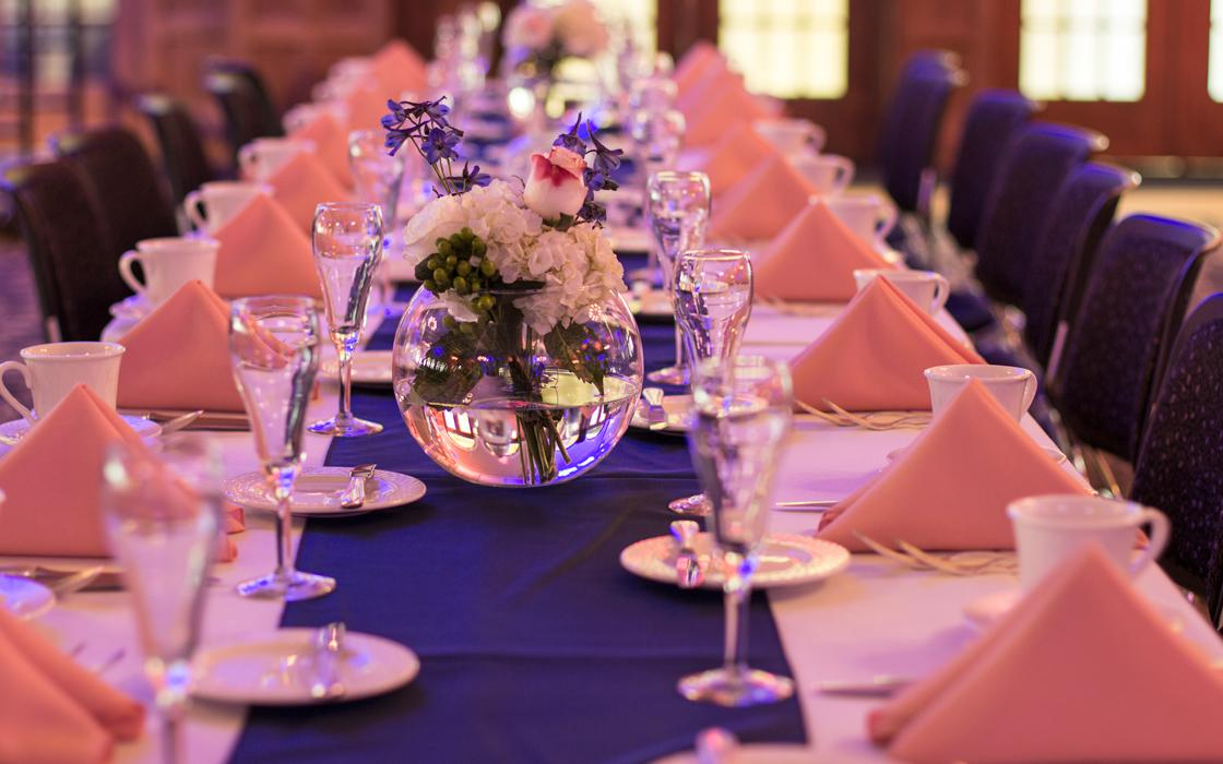 head table with china